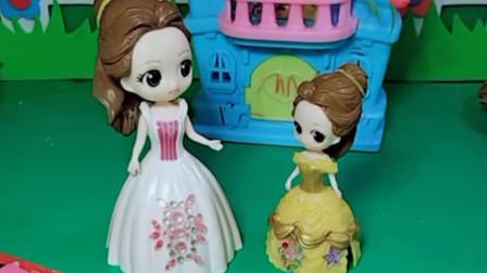 贝儿公主不让小贝儿画画,白雪公主给小贝儿拿来了喷喷笔,小贝儿好喜欢啊!