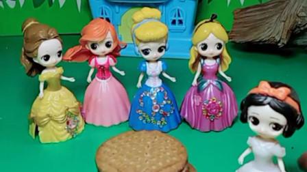 白雪公主发明了新的饼干,黑暗女巫冒充贝儿打探消息,结果引起了白雪的怀疑!