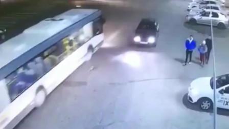 监控实拍:这样的车祸,根本就毫不给三人活命的机会嘛