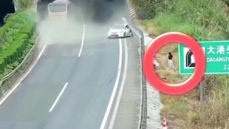 女司机高速上停车,一车人差点被害!视频拍下惊险全过程