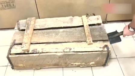 小伙费劲敲开尘封已久的木箱,里面的东西是干嘛用的