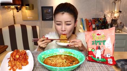 吃播:韩国美女吃货试吃新款火鸡面,配上韩式辣白菜,吃得贼过瘾