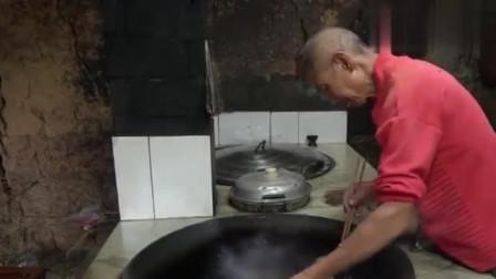 农村王四:老爸做了红烧鱼,奶奶很喜欢