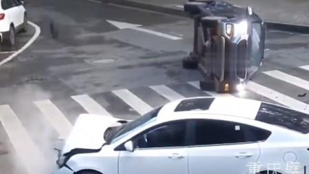 小型客车十字路口未让行 遭右方直行小车撞翻