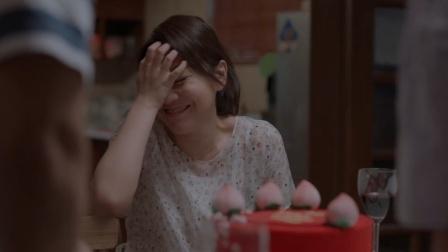 老爸特意订生日蛋糕,不料一拆开看到蛋糕上的字,老妈瞬间没眼看