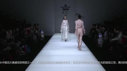 时装秀:薄透刺绣纱衣,粉色羽毛点缀其上,有种飘飘欲仙的感觉!