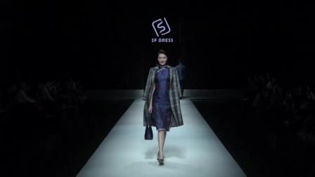 时装秀:宝蓝色印花旗袍,优雅知性之中,给人大气华贵的魅力!