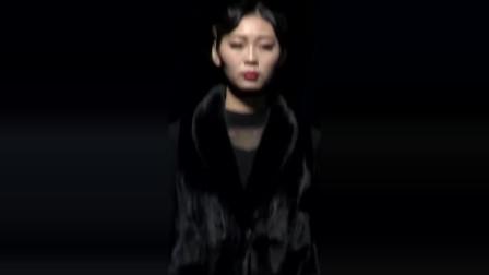 时装秀:别穿呢子大衣了,黑色皮草才是真洋气,简约中透露出奢华