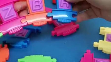 大头玩火车玩具了,先拼一个火车道,发现小火车不见了