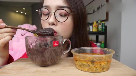 美女吃播,吃黑芝麻和什么,好吃吗?