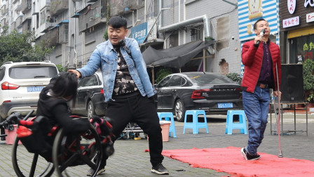 残疾流浪歌手,4人街头尽情歌舞,传递满满正能量