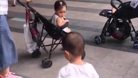 宝宝的舞姿被女生撞见后害羞了!