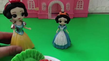 贝尔有胡萝卜的饺子,白雪给小雪儿也做了饺子,还是彩色的饺子小朋友你吃过吗?