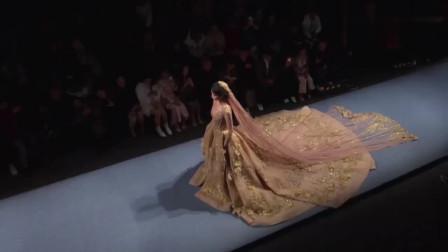 时装秀:超大摆金色拖地长裙,洒落一地的优雅,直接当婚纱都够格