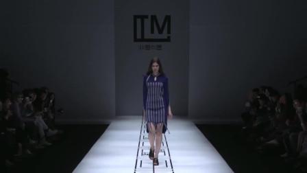 时装秀:藏蓝色回纹毛衣裙,色彩鲜明显高级,彰显你的高贵魅力!
