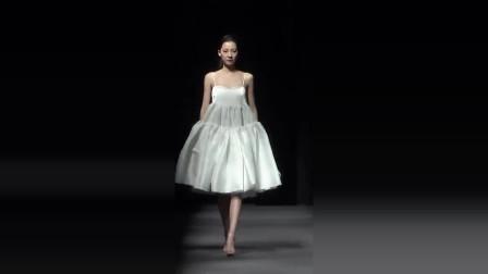 时装秀:穿吊带白裙的小姐姐,给人一种仙女下凡的错觉,好美!