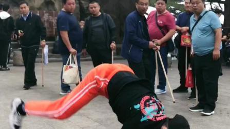 舞者bboy浩然 街舞solo 很快吸引群众们的注意