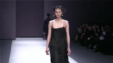 时装秀:吊带长裙,交叉绑带设计,收腰的同时又十分显瘦!