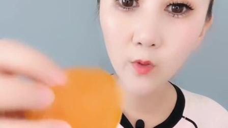 小姐姐直播吃:果冻球、 香甜可口,真馋人