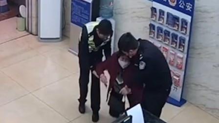儿子以卖口罩为名诈骗近70万 母亲送他自首转身跪地痛哭