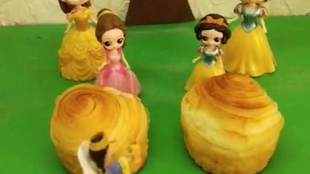 贝儿公主和白雪公主比赛做蛋糕,谁做得更好看呢?