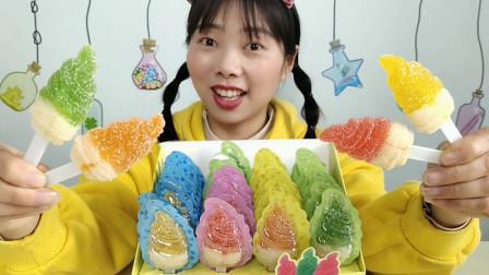 """美食拆箱:小姐姐吃""""双色双味冰淇淋棒棒软糖"""",缤纷软糯,超Q"""
