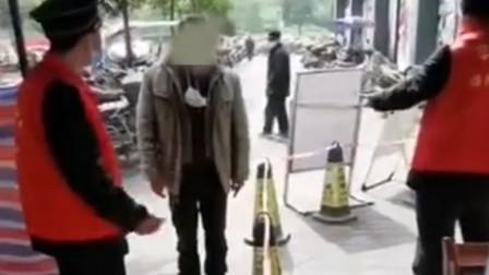 男子小区门前拒绝接受检测 遭阻拦后强行冲卡推搡工作人员