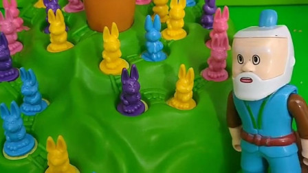 葫芦爷爷发现很多小兔子,大家快来看看,爷爷的胡萝卜还在吗?