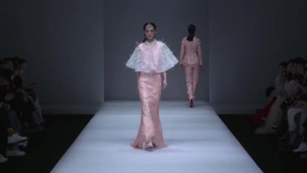 时装秀:粉色修身长裙加斗篷装饰,显出青春穿出高级,俏皮又不失优雅!
