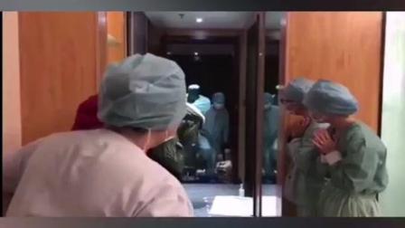 """抗疫一线的""""别样""""生日蛋糕@天津第一中心医院#温暖医瞬间 #战胜疫情dou行动"""