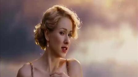 女子穿着华丽,身材曼妙,在晚霞的映照下格外唯美