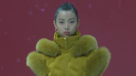 时装秀:富贵黄马甲,领口袖口拼接貂毛,穿上它你就是一宫之主!