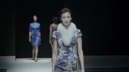 时装秀:高贵的蓝色丝绸旗袍,不是忧郁,而是闭月羞花的古典之美