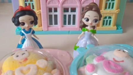 母后买了两个小蛋糕,她分给白雪和贝尔,母后真好