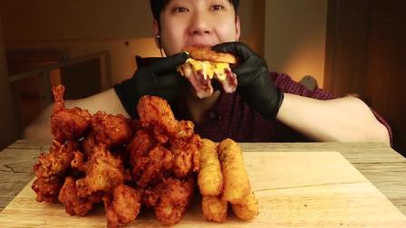 韩国大胃王小哥,试吃培根芝士汉堡+炸鸡芝士棒,网友:好久没吃汉堡了!