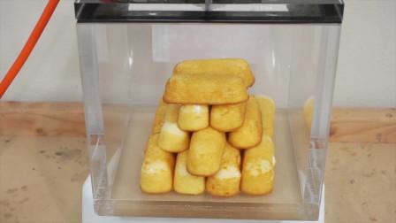老外将面包放进真空环境中,瞧面包里面的奶油直接崩了出来