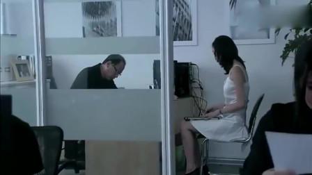 少妇穿着裙子高跟鞋,和老男人在办公室谈一些事情