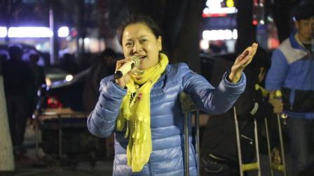 街头歌手,高唱韩红的《天路》荡气回肠,随歌声去远游