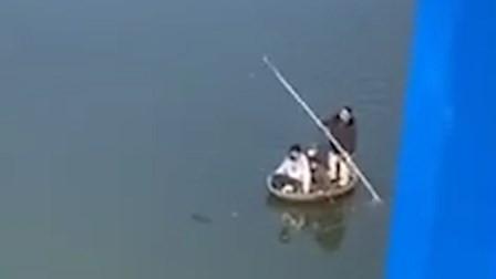 三人偷划船到对岸买零食 刚靠岸就被逮住