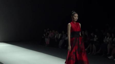时装秀:古风刺绣黑纱裙,红色花朵刺绣,带来殷红的端庄大气之美