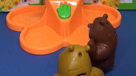 熊二看到毛毛虫很伤心,原来是它的糖豆丢了,熊二帮它找到了糖豆!