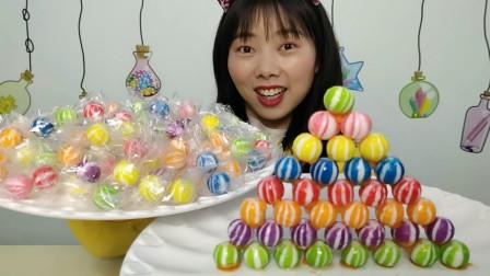 """零食测评:小姐姐吃""""绣球糖"""",缤纷滚圆颜值高,果香奶味吮着甜"""