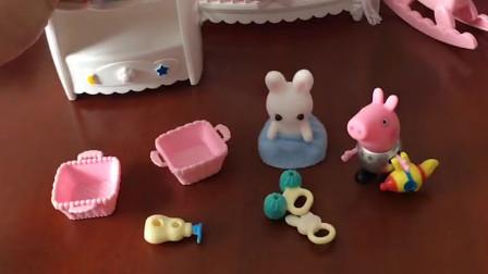 小猪乔治看到小白兔的家里很乱,乔治帮小白兔一起收拾家里,他们把家里收拾的好干净!