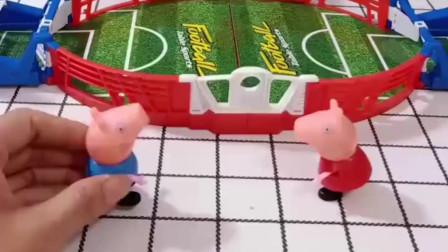 小猪佩奇和乔治比赛,乔治输了,佩奇赢得了泡泡相机!