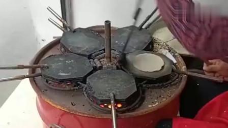 广东大妈把面糊倒在平底锅上,盖上铁板之后转一圈,一张饼就好了!