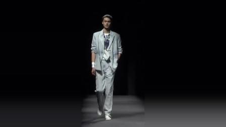 时装秀:高级灰色西装套装,搭配一双白色帆布鞋,简约不乏帅气!
