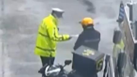 外卖小哥骑车上路没戴口罩 民警将执勤用的备用口罩给了他