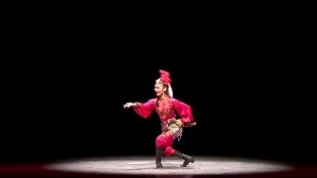 青年舞蹈家刘芳在民大60周年院庆表演《香妃戎装像》