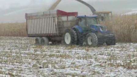 有封闭的驾驶室真好,重型拖拉机在风雪中农田中作业