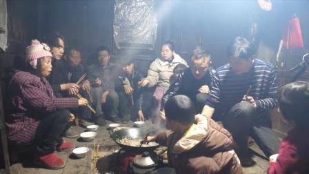 小潘家今天又杀猪了,晚上十几个人吃刨汤,、火唐都坐不下太香啦